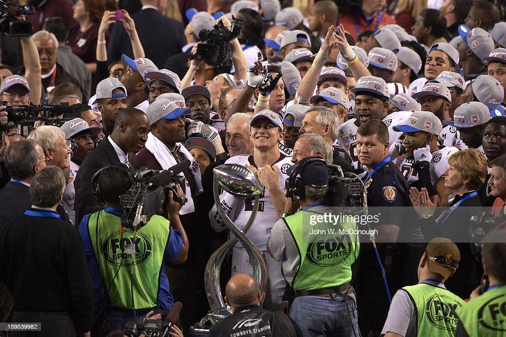 Texas A&M QB Johnny Manziel (2) victorious on field after winning game vs Oklahoma at Cowboys Stadium. John W. McDonough F479 )