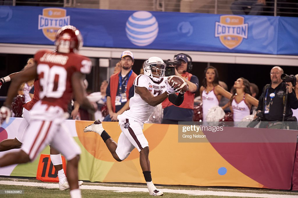 Texas A&M Uzoma Nwachukwu (7) in action, making touchdown catch vs Oklahoma at Cowboys Stadium. Greg Nelson F284 )