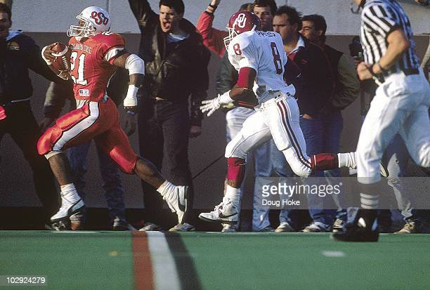 Oklahoma State Barry Sanders in action rushing vs Oklahoma Stillwater OK 11/5/1988 CREDIT Doug Hoke 079085784