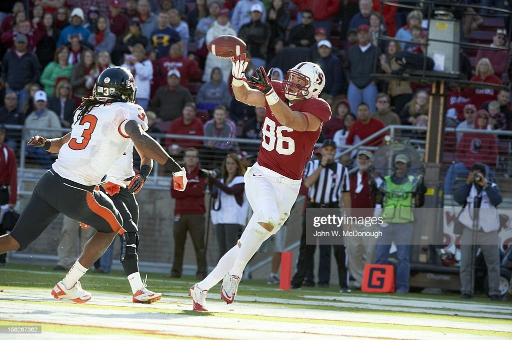 Stanford Zach Ertz (86) in action, making catch vs Oregon State at Stanford Stadium. John W. McDonough F602 )