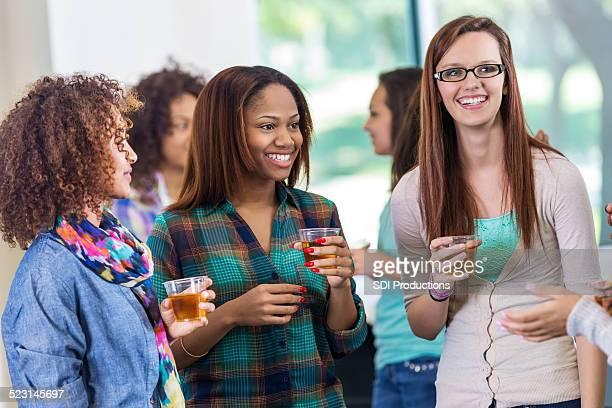 College Mädchen reden während party oder ein Mischpult im Studentinnenvereinigung Veranstaltung