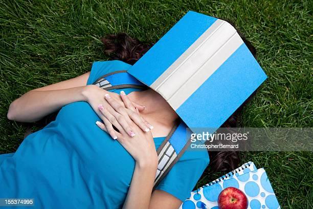 Collège étudiant dormir dans son livre