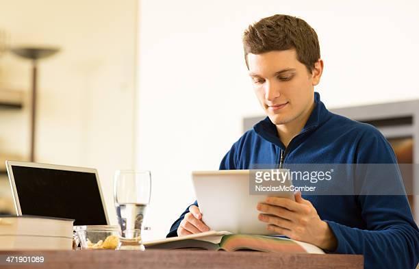 Collège étudiant étudie à la maison avec tablette