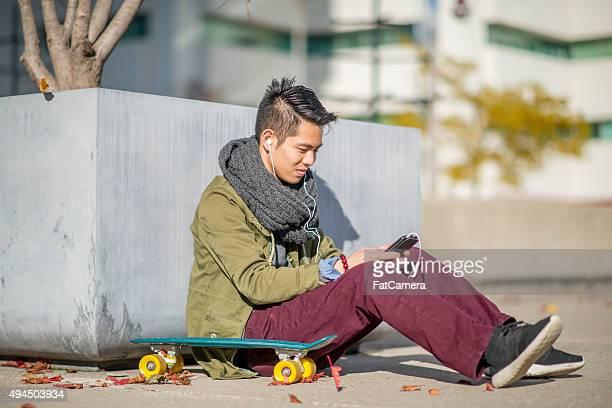 College studente di SMS sul suo telefono cellulare