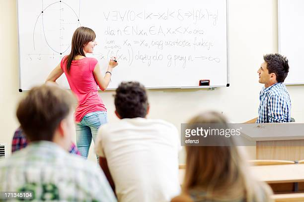 Schule Schüler schreiben auf Whiteboard