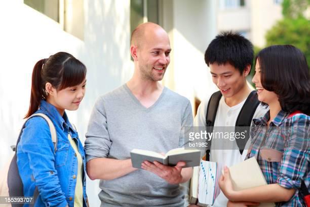 Étudiants de discussion ensemble
