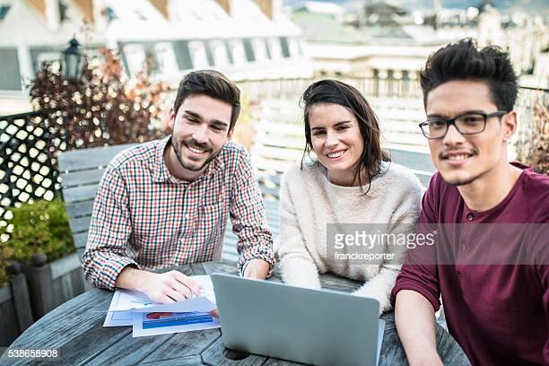 Studenten, die Hausaufgaben auf dem Dach Zusammenhalt