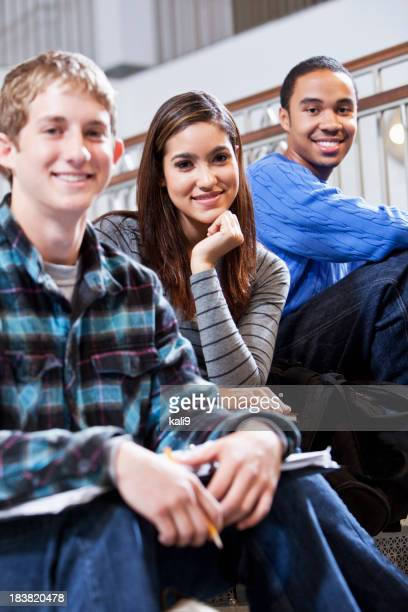 Étudiants se balader sur les escaliers