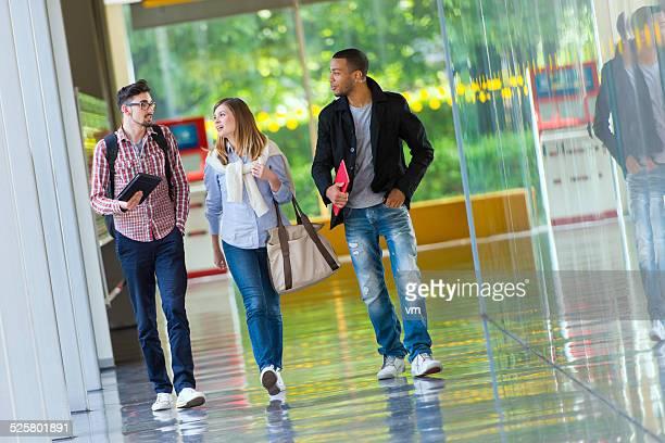Studenti a piedi nel corridoio