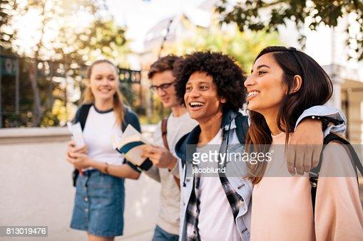 Estudiantes caminando al aire libre : Foto de stock