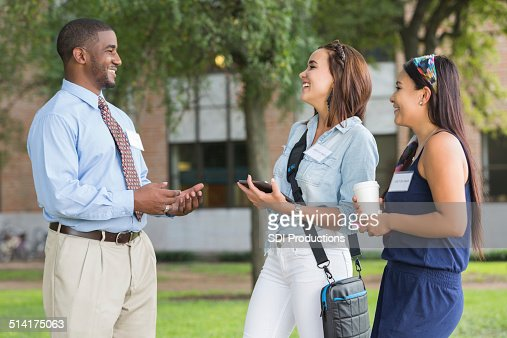 大学のツアーガイドに話している学生の大学のキャンパスを訪問