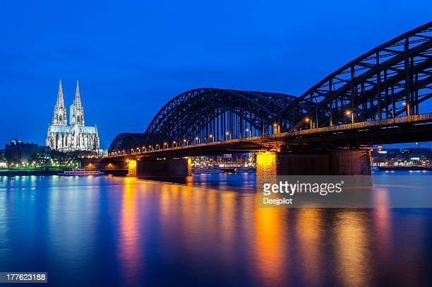 Kölner Dom und der Hohenzollern Bridge bei Nacht in Deutschland