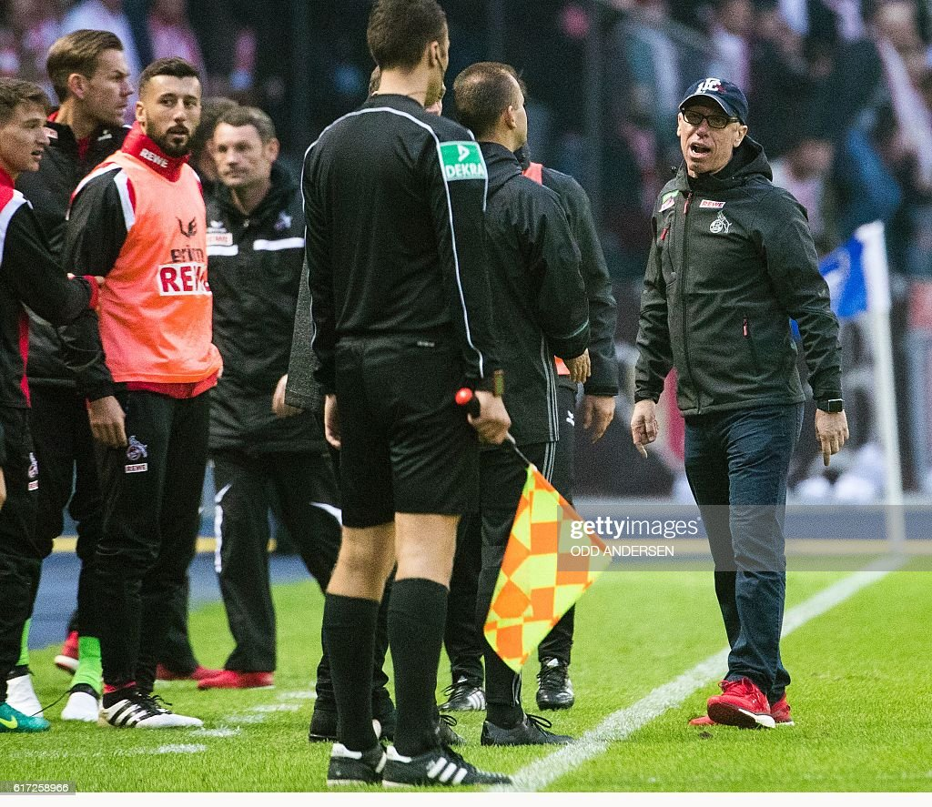 Cologne's Austrian head coach Peter Stoeger (R) remonstrate with the 4th official after a disallowed goal in injury time during the German first division Bundesliga football match between Hertha BSC Berlin and FC Cologne in Berlin, on October 22, 2016. / AFP / Odd