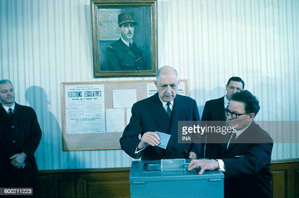 the general de Gaulle putting down his bulletin in the urn on the occasion of the general election
