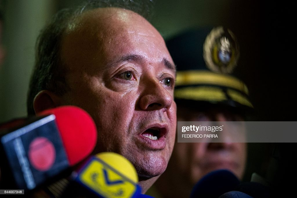 Colombian Defence MinisterLuis Carlos Villegas speaks to the press after a meeting with his Venezuelan counterpart Padrino Lopez at the Defence Ministry in Caracas on June 30, 2016. / AFP / FEDERICO