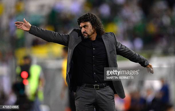 Colombian Deportivo Cali's coach Leonel Alvarez gives instruction to his players during their Libertadores Cup football match against Chilean...
