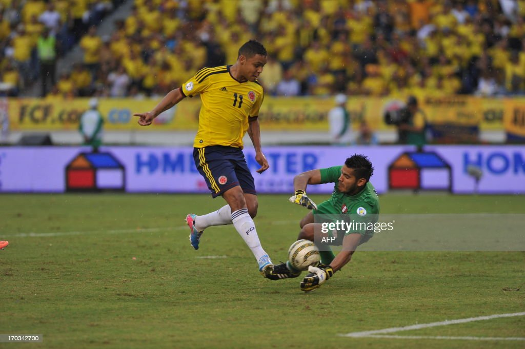 Colombian football player Fernando Muriel (L) tries to score before Peruvian goalie Raul Fernandez during their FIFA World Cup Brazil 2014 South American qualifier football match at Metropolitan stadium in Barranquilla, Colombia, on June 11, 2013. AFP PHOTO/Luis ROBAYO
