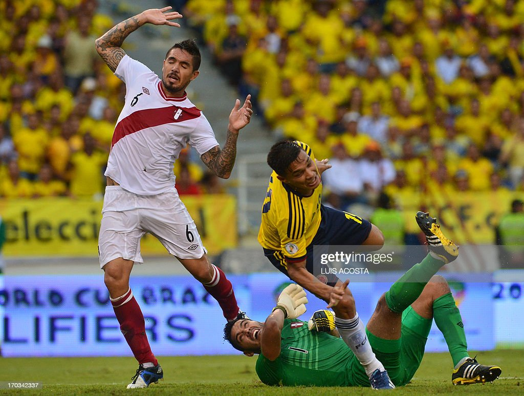 Colombian football player Teofilo Gutierrez (C) tries to score marked by Juan Vargas (L) and Peruvian goalie Raul Fernandez during their FIFA World Cup Brazil 2014 South American qualifier football match at Metropolitano stadium in Barranquilla on June 11, 2013.AFP PHOTO/Luis Acosta
