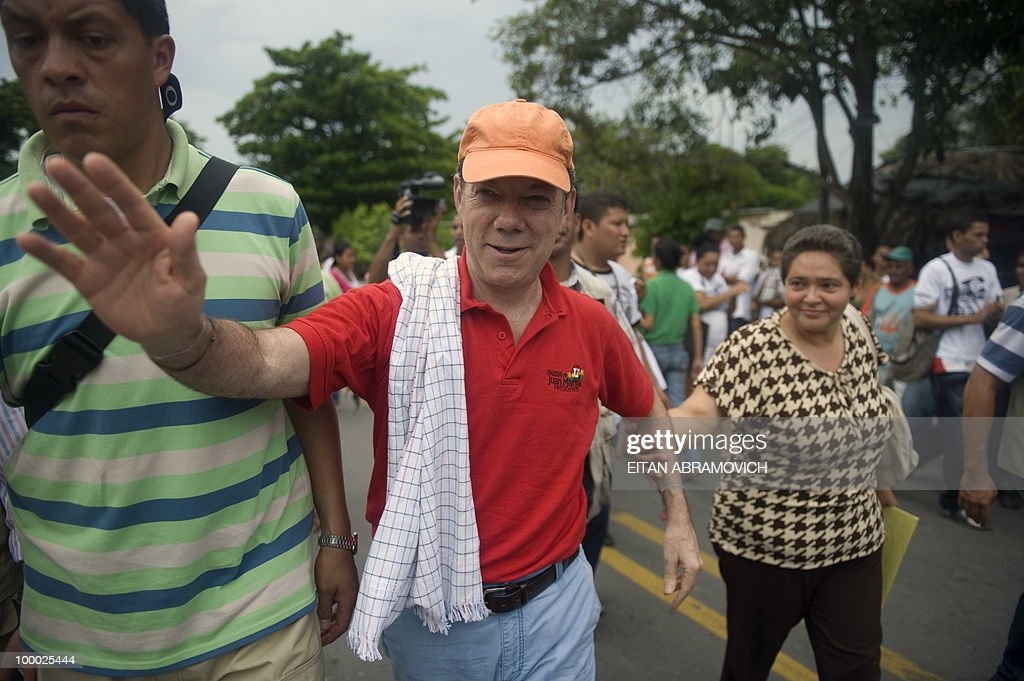 Colombian former Defense Minister and presidential candidate for the for the ruling National Unity party Juan Manuel Santos (C) arrives for a rally in Aracataca, department of Magdalena, Colombia's Caribbean Region on May 20, 2010. Colombia will hold presidential elections next May 30, and according to polls, a run-off election between Colombian presidential candidate for the Green Party, Antanas Mockus and Santos will take place on June 20. AFP PHOTO/Eitan Abramovich