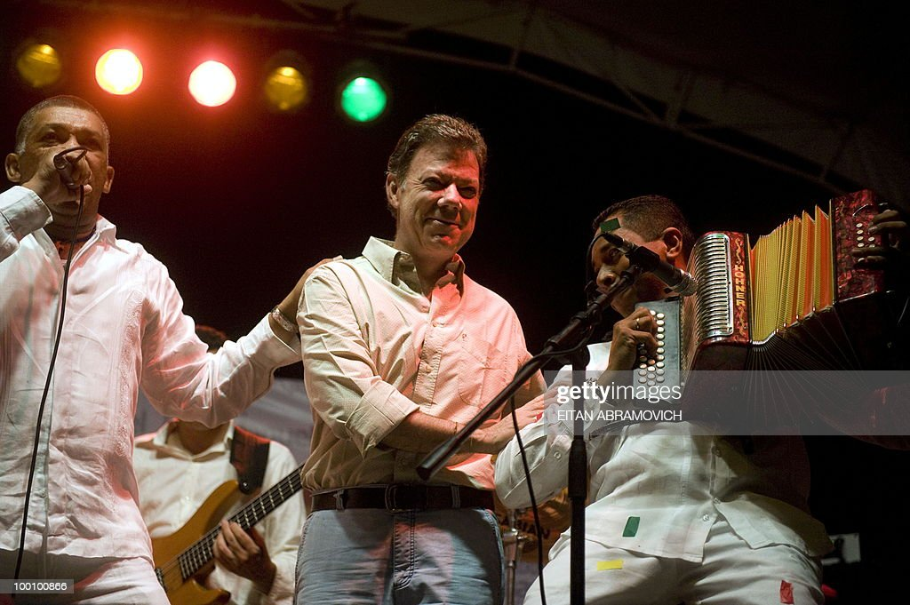 Colombian former Defense Minister and presidential candidate for the ruling National Unity party Juan Manuel Santos (C) is pictured with Vallenato musicians during a rally in Santa Marta, department of Magdalena, Colombia's Caribbean Region on May 20, 2010. Colombia will hold the presidential elections next May 30, and according to polls, a run-off election between Colombian presidential candidate for the Green Party, Antanas Mockus and Santos will take place on June 20. AFP PHOTO/Eitan Abramovich