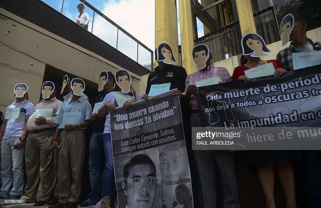 Colombian journalists demonstrate on World Press Freedom Day in memory of fellow journalists killed in the country, in Medellin, Antioquia department, Colombia, on May 3, 2016. / AFP / RAUL