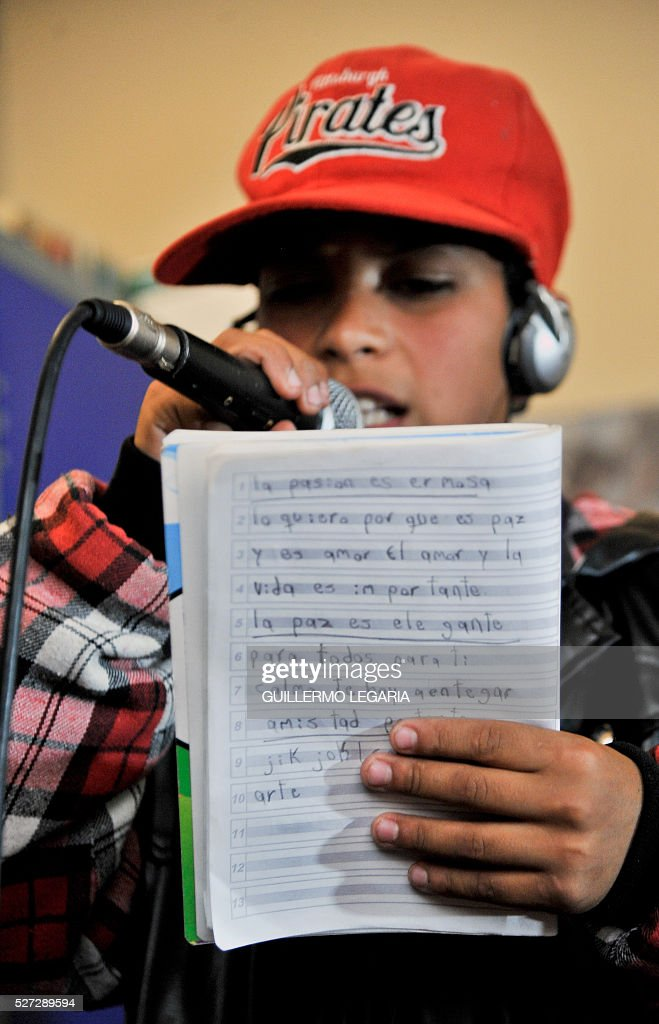 Colombian Maicol Castro sings hip hop during a class on April 26, 2016 in the municipality of Soacha, on the outskirts of Bogota, where an NGO promotes activities among some 300 at-risk children and teenagers. Through hip hop, graffiti art and other activities, the Proyecto de vida (Life Project) foundation - funded by Luxembourg NGO Children of Hope - is seeking to keep children in vulnerable situation away from drug addiction and crime. / AFP / GUILLERMO