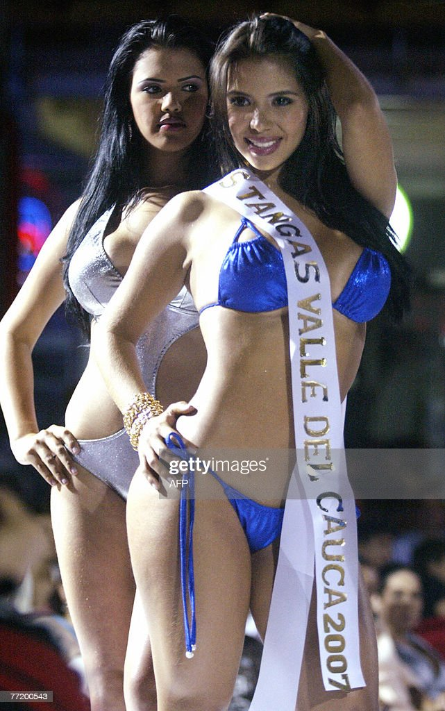 Colombian model Lorena Orozco (front), Miss Tanga Valle del Cauca 2007, poses at the end of of the contest 04 October 2007 in Cali, Colombia. AFP PHOTO/Carlos Julio MARTINEZ