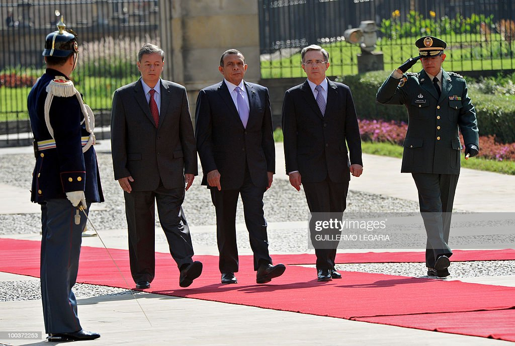 Colombian President Alvaro Uribe (2nd-R) and his Honduran counterpart Porfirio Lobo (3rd-R) review the honor guard next to Colombian Defense Minister Gabriel Silva (L) and the commander of the Colombian Armed Forces, General Freddy Padilla (R), at Narino Palace in Bogota on May 24, 2010. Lobo is on a two-day official visit. AFP PHOTO/Guillermo Legaria