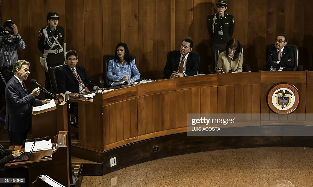 Colombian President Juan Manuel Santos (L) asks the Constitutional Court in Bogota on May 26, 2016 to allow a referendum in which Colombians would vote for or against an imminent peace deal with the FARC guerrillas. / AFP / LUIS
