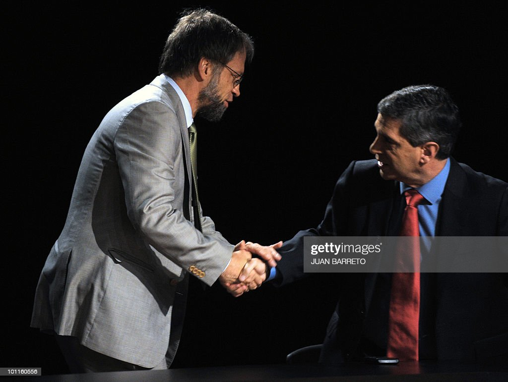 Colombian presidential candidate for the Green Party, Antanas Mockus (L), shakes hands with the presidential candidate for the Radical Change Party, German Vargas Lleras, before a TV debate in Bogota on May 27, 2010. Colombia will hold presidential elections next May 30, and according to polls, a run-off election between Mockus and the presidential candidate for the ruling National Unity party, Juan Manuel Santos, will take place on June 20. AFP PHOTO/Juan BARRETO