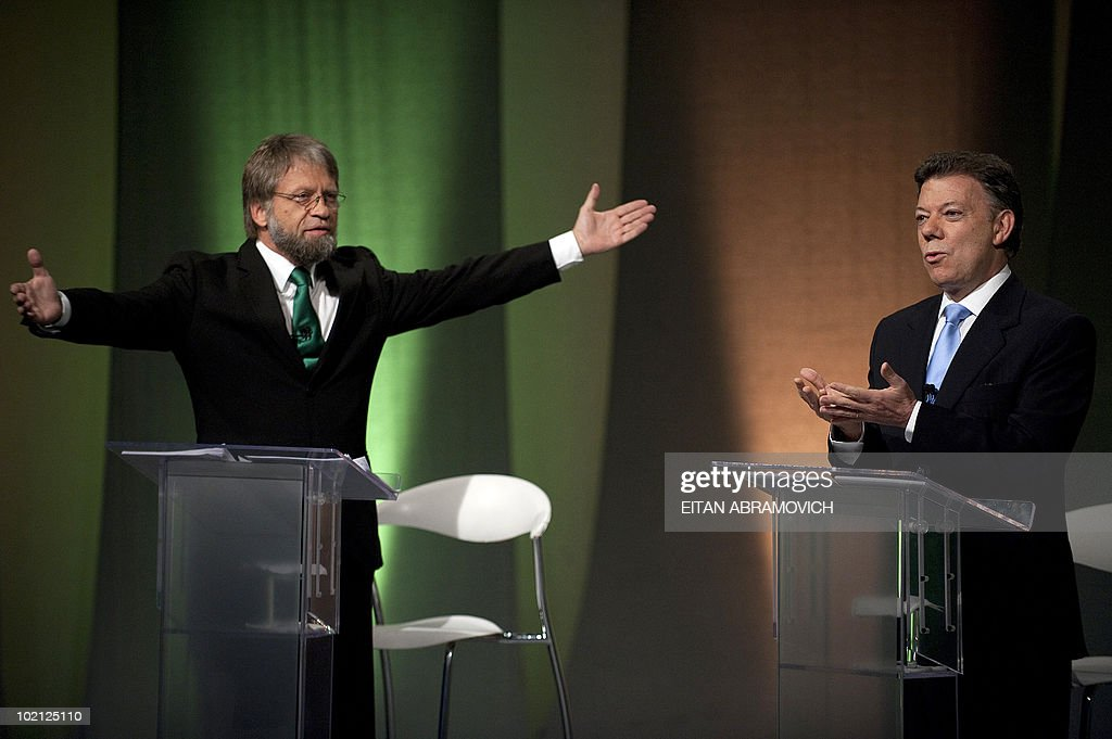 Colombian presidential candidate for the Green Party, Antanas Mockus (L), gestures while the presidential candidate for the ruling National Unity party, Juan Manuel Santos, speaks during a debate in Bogota on June 15, 2010. According to surveys, Santos is expected to win the run-off election next June 20 with 65,1% of the votes, against Mockus who is expected to get a 28%. AFP PHOTO/Eitan Abramovich
