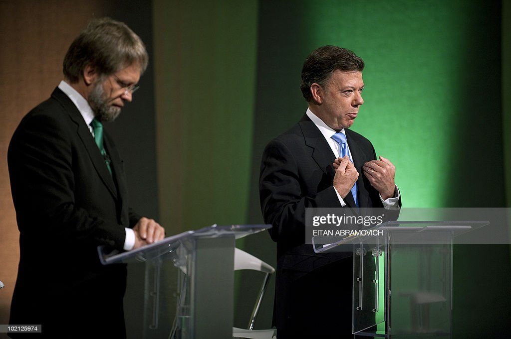 Colombian presidential candidate for the ruling National Unity party, Juan Manuel Santos (R) speaks next to the presidential candidate for the Green Party, Antanas Mockus, during a debate in Bogota on June 15, 2010. According to surveys, Santos is expected to win the run-off election next June 20 with 65,1% of the votes, against Mockus who is expected to get a 28%. AFP PHOTO/Eitan Abramovich
