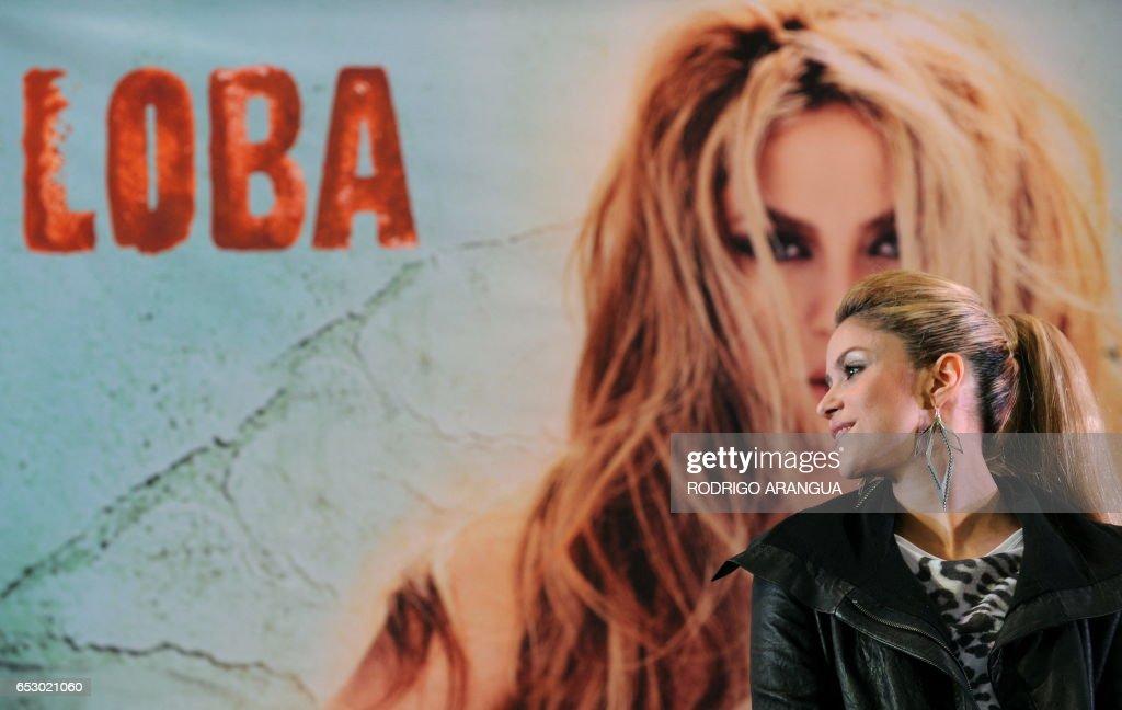 Colombian singer Shakira presents her new album 'Loba' during a press conference in Bogota, on October 11, 2009. AFP PHOTO/Rodrigo ARANGUA /