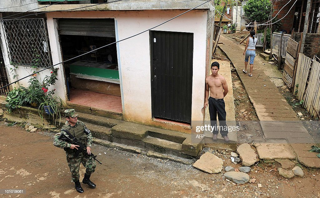 A Colombian soldier patrols the streets of a neighborhood in the outskirts of Cali, Valle del Cauca departament, Colombia, on May 27, 2010. Colombia will hold presidential elections next May 30. AFP PHOTO/Luis ROBAYO