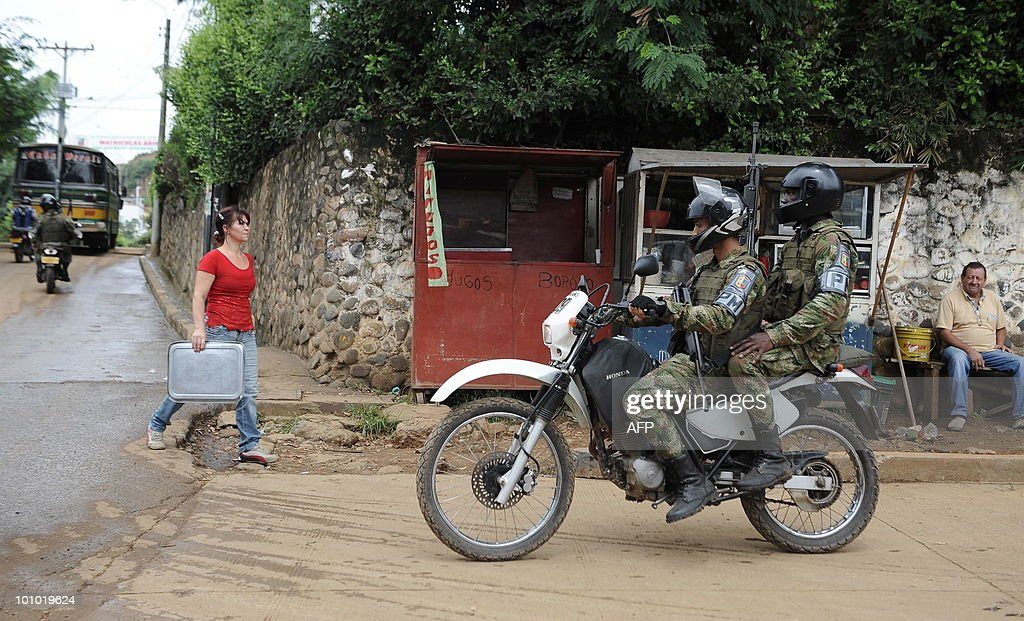 Colombian soldiers patrol the streets in Cali, Valle del Cauca departament, Colombia, on May 27, 2010. Colombia will hold presidential elections next May 30. AFP PHOTO/Luis ROBAYO