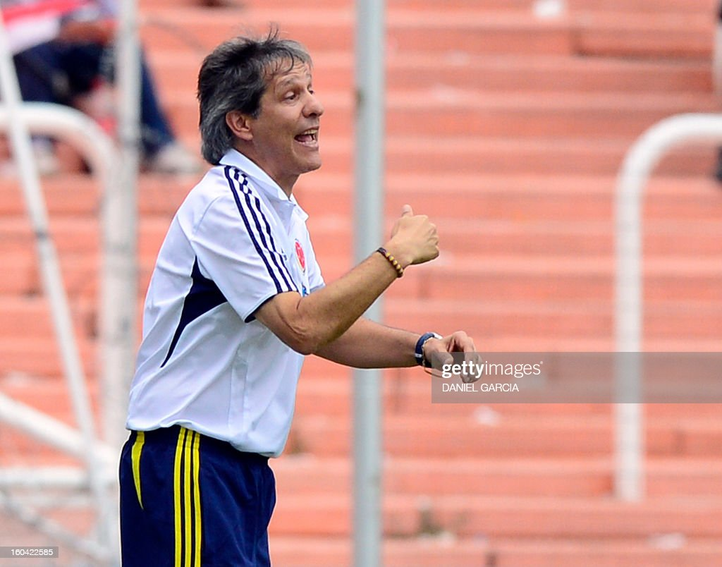 Colombia's coach Carlos Restrepo gives instructions during their South American U-20 final round football match against Chile at Malvinas Argentinas stadium in Mendoza, Argentina, on January 30, 2013. Four teams will qualify for the FIFA U-20 World Cup Turkey 2013.