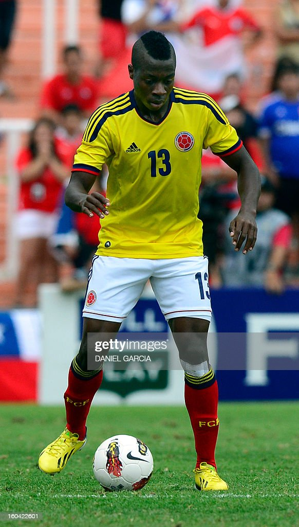 Colombia's defender Helibelton Palacios takes the ball during their South American U-20 final round football match against Chile at Malvinas Argentinas stadium in Mendoza, Argentina, on January 30, 2013. Four teams will qualify for the FIFA U-20 World Cup Turkey 2013. AFP PHOTO / DANIEL GARCIA