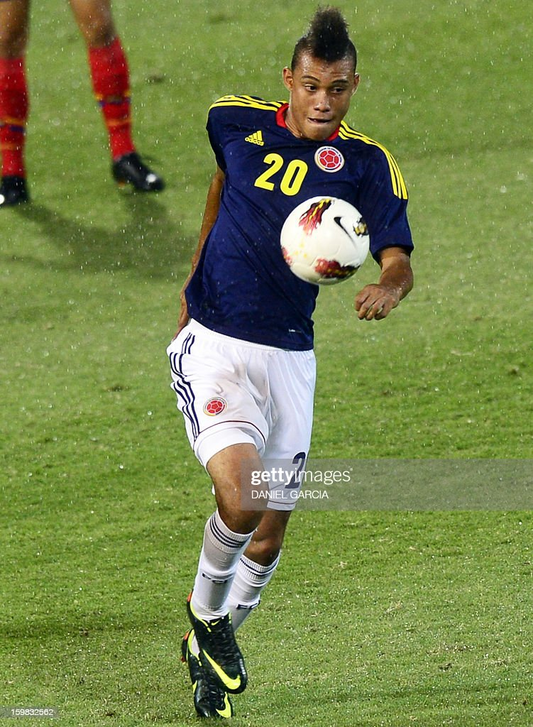 Colombia's forward Brayan Perea controls the ball during their South American U-20 final round football match against Ecuador at Malvinas Argentinas stadium in Mendoza, Argentina, on January 20, 2013. Four teams will qualify for the FIFA U-20 World Cup Turkey 2013. AFP PHOTO / DANIEL GARCIA