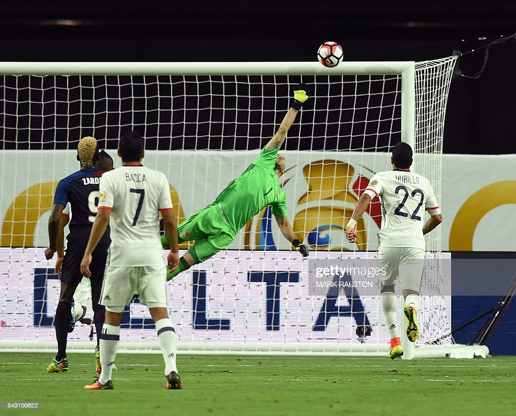 Colombia's goalkeeper David Ospina (C) jumps to try to catch a free kick shot by USA's Clint Dempsey (out of frame) during the Copa America Centenario third place football match in Glendale, Arizona, United States, on June 25, 2016. / AFP / Mark RALSTON