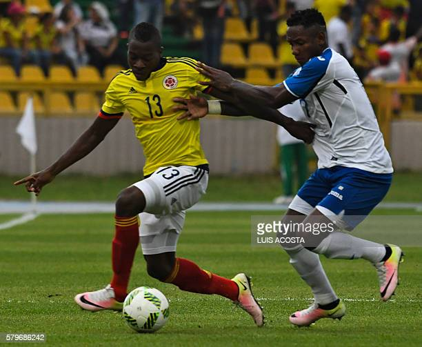 Colombia's Helibelton Palacios vies for the ball with Honduras' Anthony Lozano during a friendly fooball match of the olympic teams ahead of the 2016...