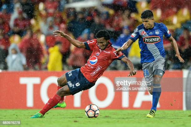 Colombia's Independiente Medellin midfielder Didier Moreno vies for the ball with Ecuador's Emelec forward Argentinean Bruno Vides during their 2017...
