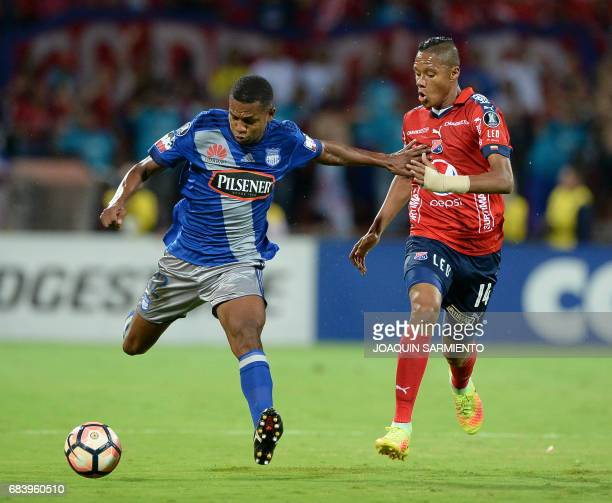 Colombia's Independiente Medellin midfielder Yairo Moreno vies for the ball with Ecuador's Emelec midfielder Romario Caicedo during their 2017 Copa...