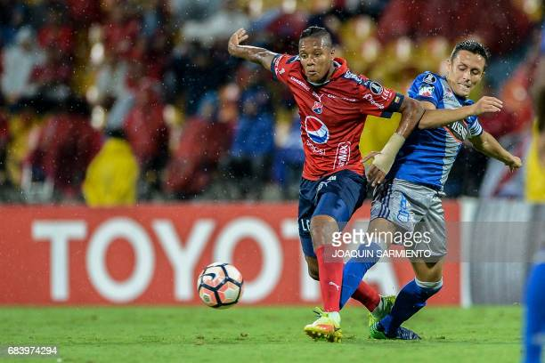 Colombia's Independiente Medellin midfielder Yairo Moreno vies for the ball with Ecuador's Emelec forward Argentinean Marcos Mondaini during their...