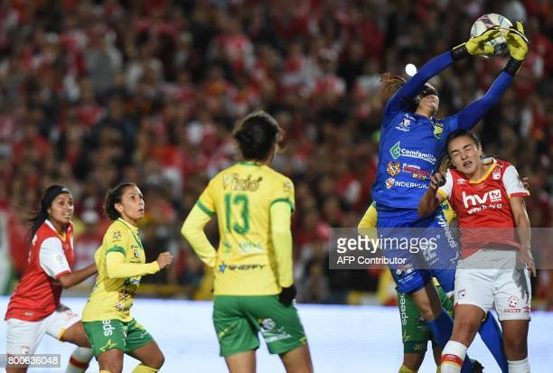Colombia's Independiente Santa Fe player Melissa Herrera vies for the ball with Atletico Huila goalkeeper Daniela Solera during their Women's...