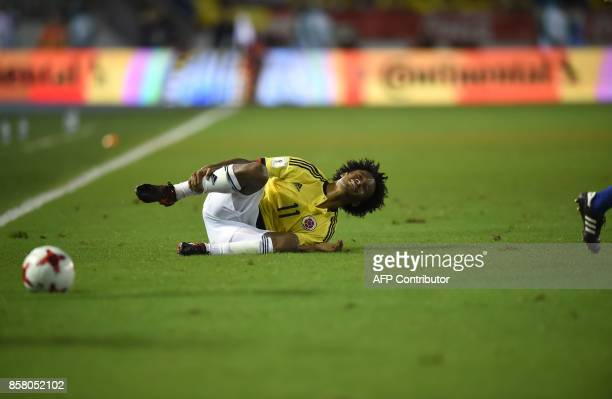 Colombia's Juan Cuadrado gestures in pain during their 2018 World Cup football qualifier match in Barranquilla Colombia on October 5 2017 / AFP PHOTO...