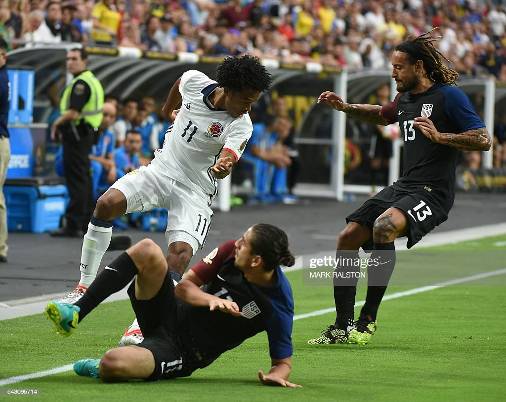 Colombia's Juan Cuadrado (L) vies for teh ball with USA's Alejandro Bedoya (C) during the Copa America Centenario third place football match in Glendale, Arizona, United States, on June 25, 2016. / AFP / Mark RALSTON