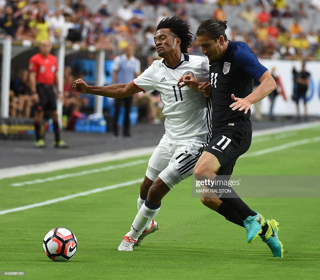 Colombia's Juan Cuadrado (L) vies for the ball with USA's Alejandro Bedoya (R) during the Copa America Centenario third place football match in Glendale, Arizona, United States, on June 25, 2016. / AFP / Mark RALSTON