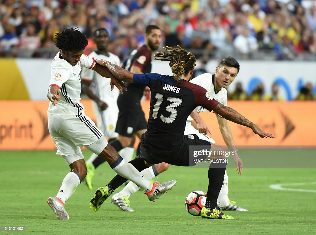 Colombia's Juan Cuadrado (L) vies for the ball with USA's Jermaine Jones during the Copa America Centenario third place football match in Glendale, Arizona, United States, on June 25, 2016. / AFP / Mark RALSTON