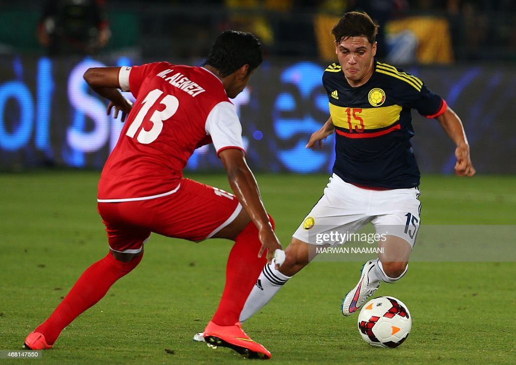 Colombia's Juan Quintero (R) vies for the ball against Kuwait's Musaed al-Enezi during their friendly football match at the Sheikh Zayed Stadium in Abu Dhabi on March 30, 2015.