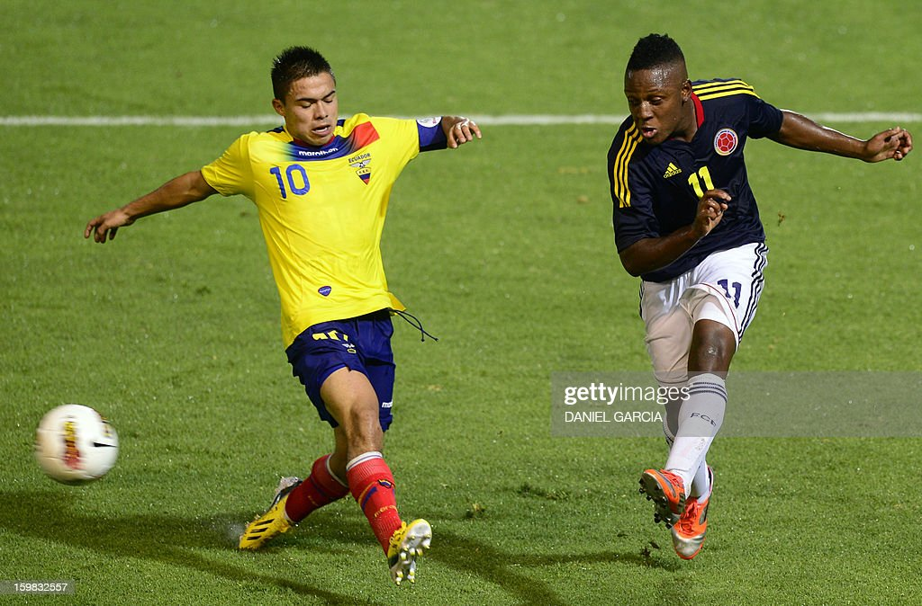 Colombia's midfielder Crisian Palomeque (C) vies for the ball with Ecuadorean midfielder Jonny Uchuari during their South American U-20 final round football match at Malvinas Argentinas stadium in Mendoza, Argentina, on January 20, 2013. Four teams will qualify for the FIFA U-20 World Cup Turkey 2013. AFP PHOTO / DANIEL GARCIA